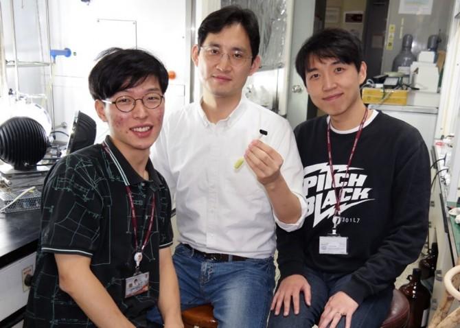 고효율·장수명 광촉매 기술을 개발한 손호진 고려대 교수(가운데) 팀. 원동일 연구원(왼쪽, 박사과정), 이종수 연구원(오른쪽, 석사과정) - 손호진 고려대 교수 제공